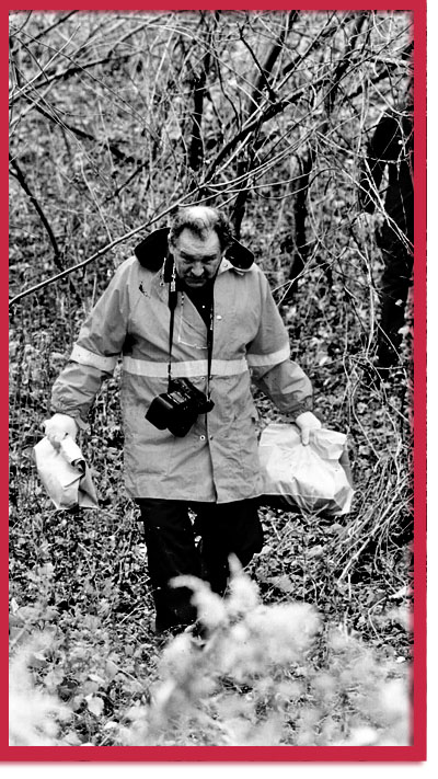 Search for Larry Arnold's personal effects, photo by Mike Slaughter, 1994